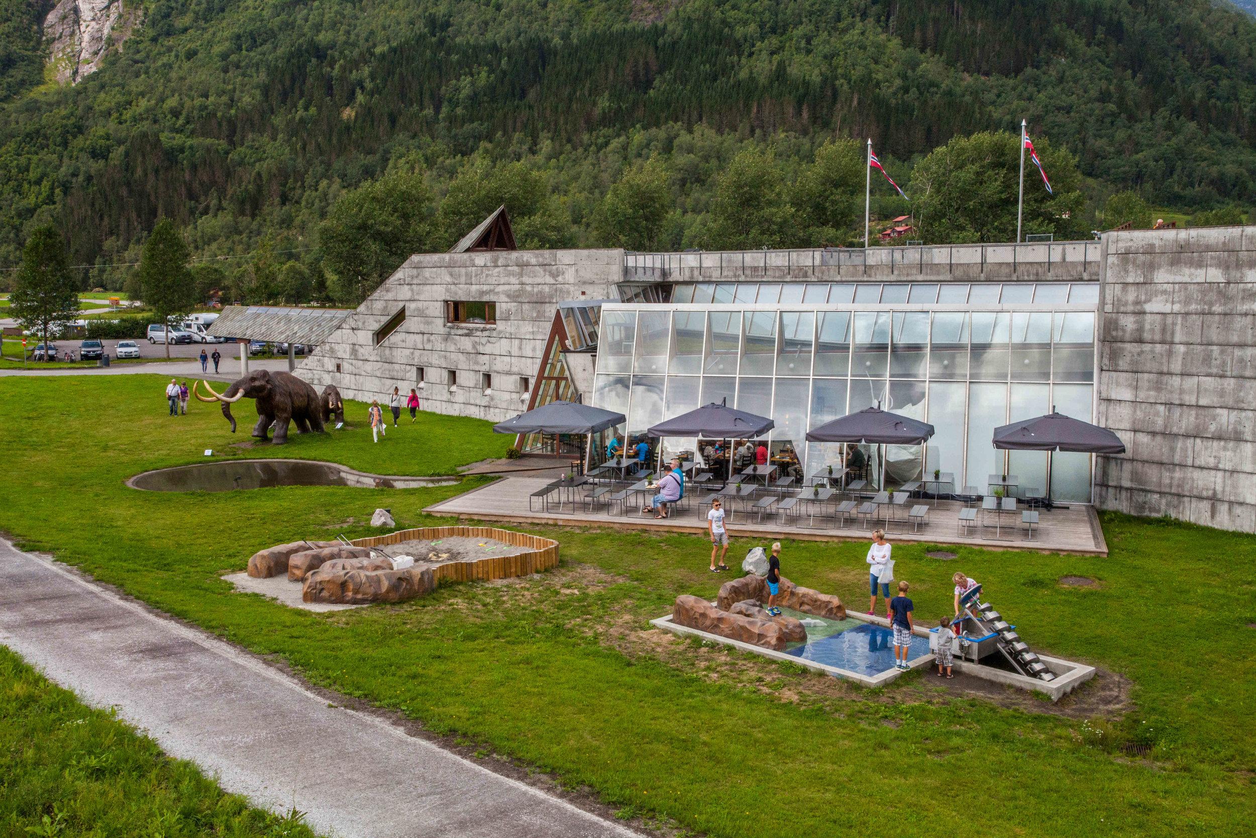 Les espaces extérieurs avec le Terrain de jeu éducatif. Photo : Gaute Dvergsdal Bøyum.