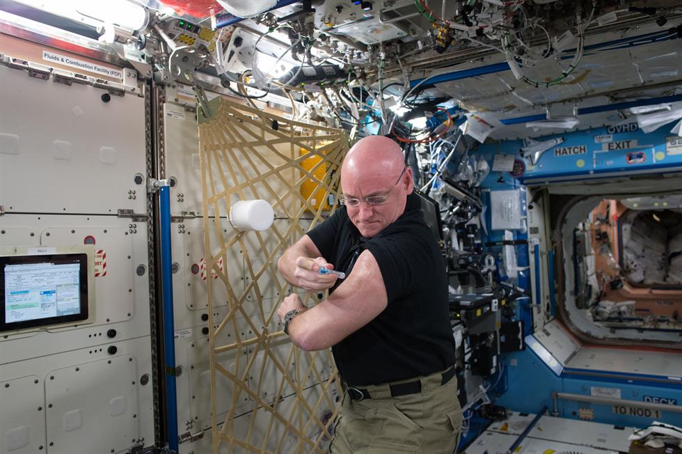 Astronaut Scott Kelly vaccinates himself in orbit
