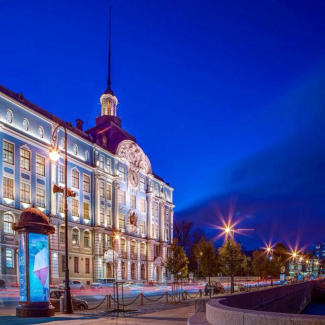 В продолжение ночи #спб #санктпетербург #архитектура #недвижимость #ночь #красотыроссии #набережная #огни #нева #spb #saintpetersburg #riverside #night #view #design #photooftheday #architecture #classic
