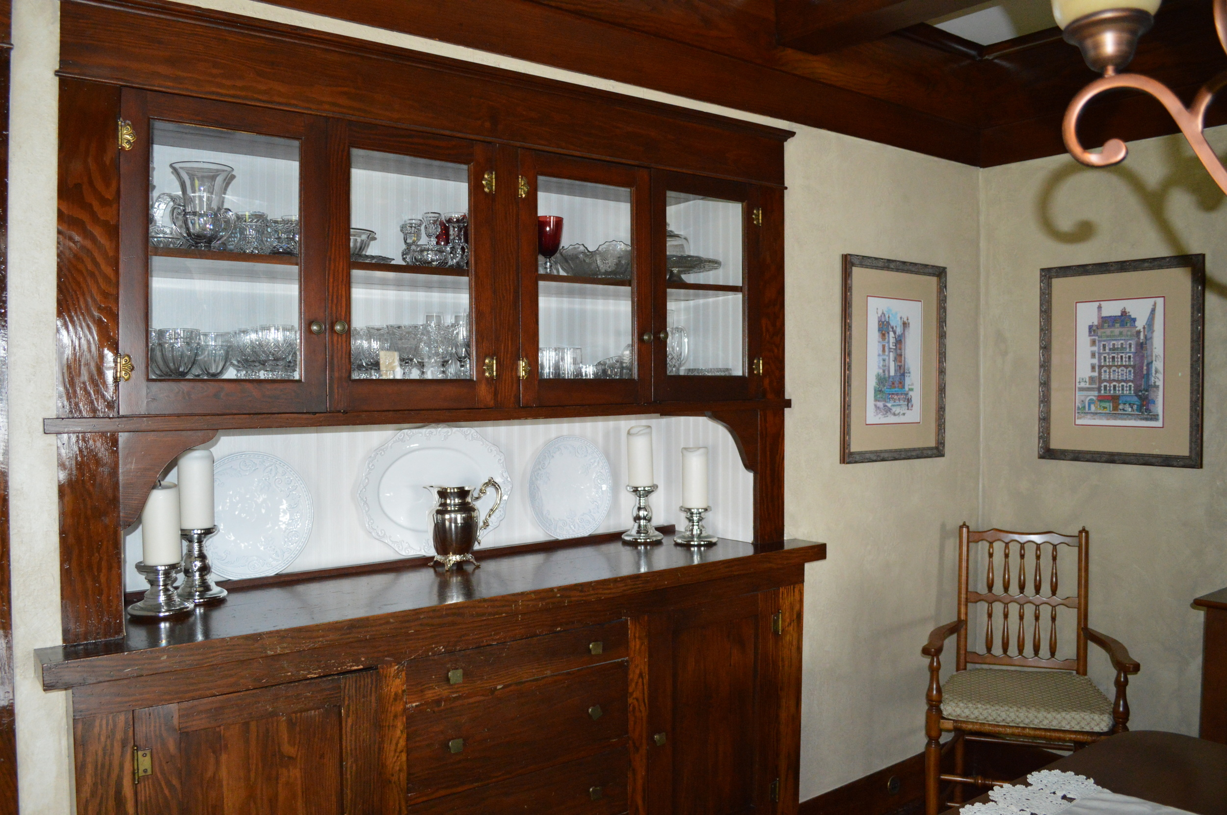 Another view of the built in china cabinet here...