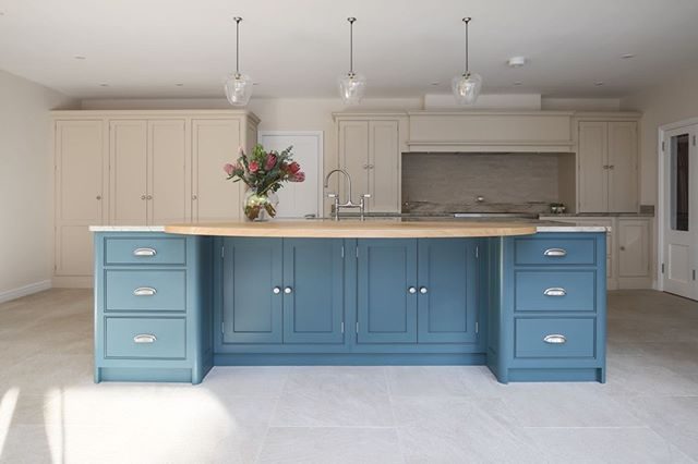 Loving this blue kitchen island!  Another master piece by @eviewillowkitchens.⠀ .⠀ .⠀ .⠀ .⠀ #kitchenremodel #kitchendesign #kitchendecor #kitchenisland #kitchencabinets #kitcheninspiration #kitcheninterior #eviewillowkitchens #bespokekitchens #handcrafted #handpaintedkitchen #beautifulkitchen #handmadekitchen #kitchenstyle #paintedkitchen #paintedkitchencabinets #shakercabinets #shakerkitchen #interiorphotography #PhotographersOfInstagram #photographersofIG #countryliving #kitchenideas #countryhome #cooking #kitchenenvy #interiordesign #interiorstyling #dreamhome #roomforinspo