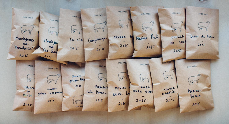 Amostras organizadas e embaladas das 15 raças de ovinos autóctones, prontas para serem fotografadas; /  Organized and packed samples of wool from our 15 sheep breeds, ready for the photoshoot;