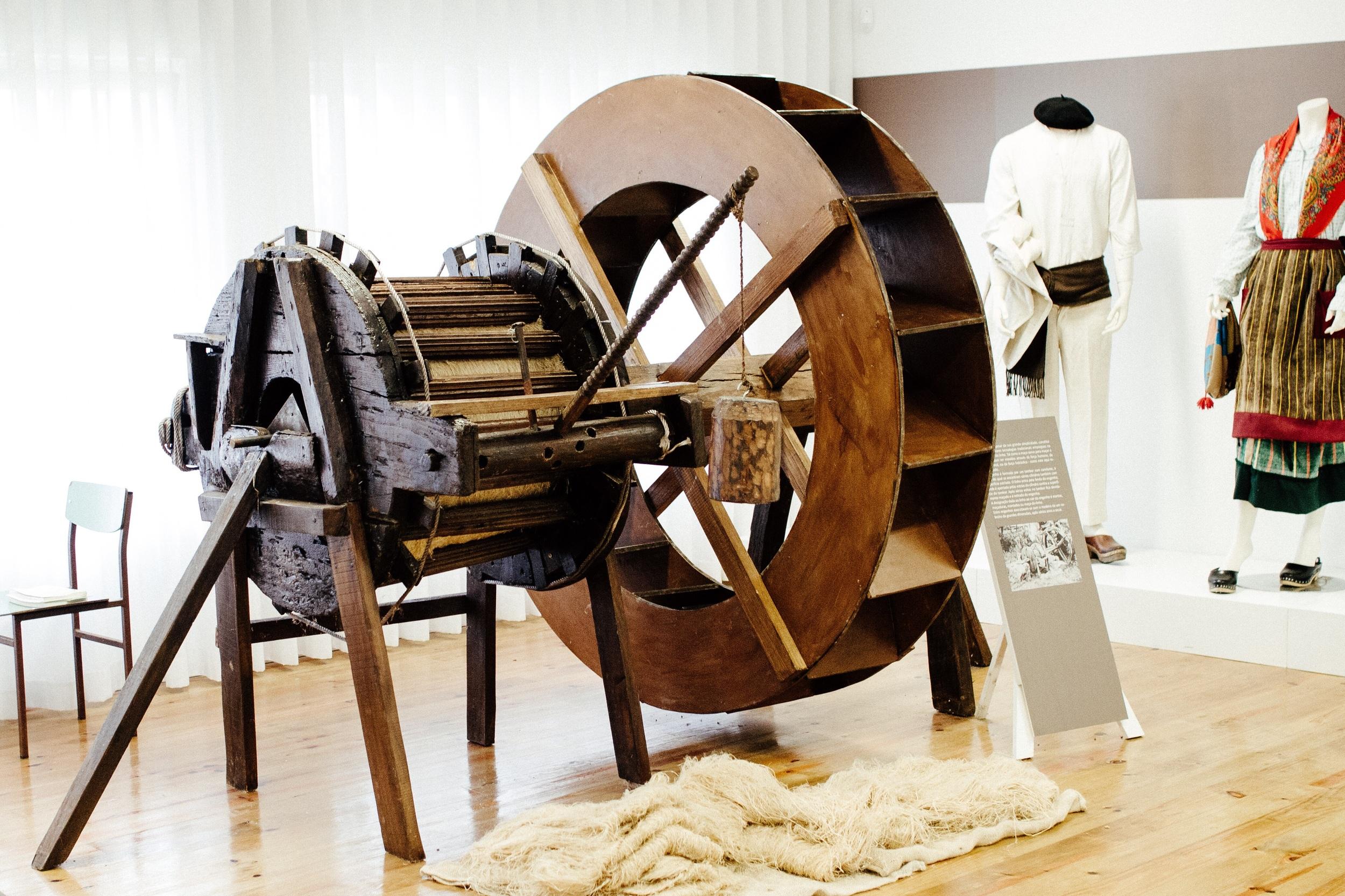 Engenho do linho do Museu do Linho de Marrancos; /  A typical portuguese water operated flax break in the Falx Museum in Marrancos;