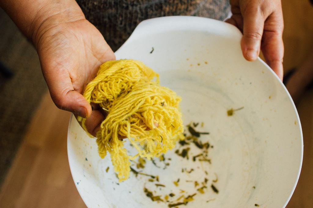Lã tingida com Lírio-dos-Tintureiros pela Guida Fonseca e pela Marília
