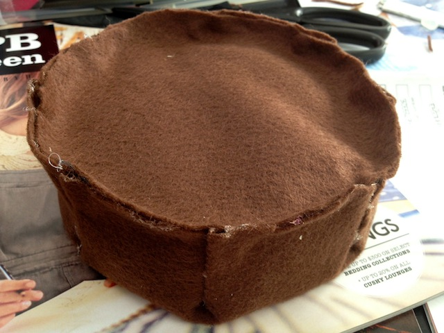 The felt pie is covered and spill-proofed.