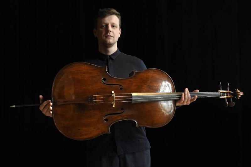 Istvan Vardai shows Du Pre-Harrell Stradivari cello. Photo:MTI/Kovács Tamás