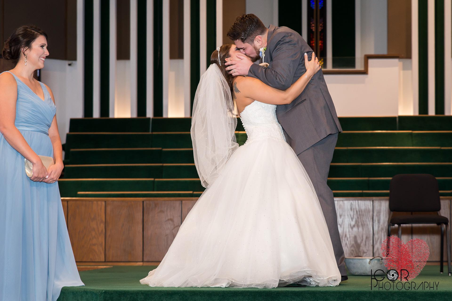 Ft Worth wedding kiss