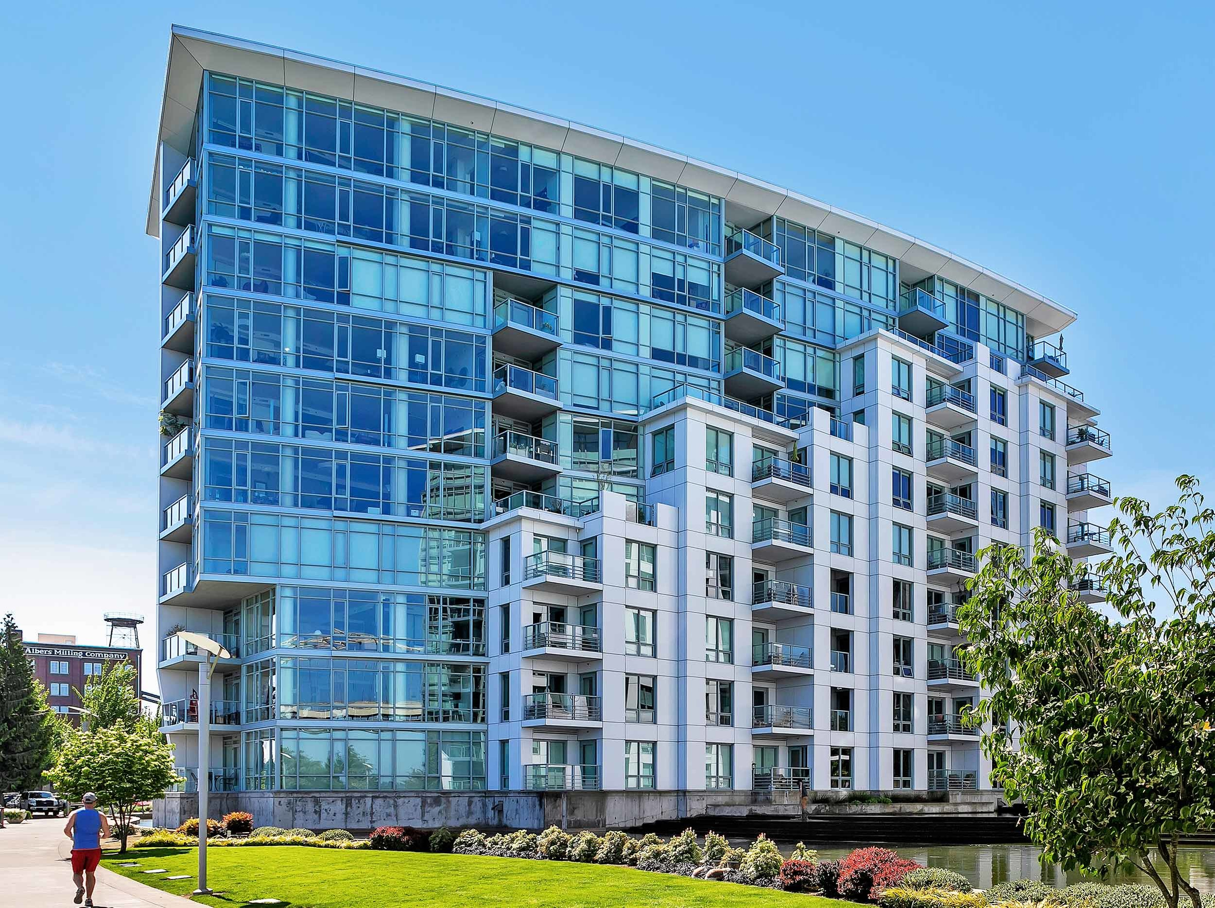 The Waterfront Pearl located on the banks of the Willamette river in the Pearl District