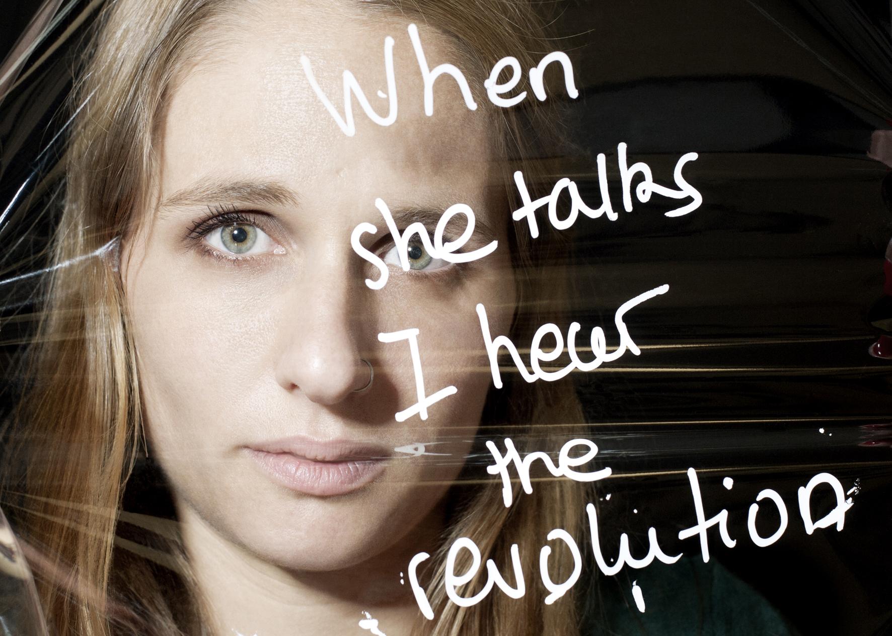 """Éloïse Bouton , militante féministe et journaliste indépendante,  """"when she talks I hear the revolution""""  , extraite de la chanson  Rebel Girl de Bikini Kill © PORTRAIT_PAROLE, 2016, Samantha Barroero (textes) & Susanne Junker (photos)."""