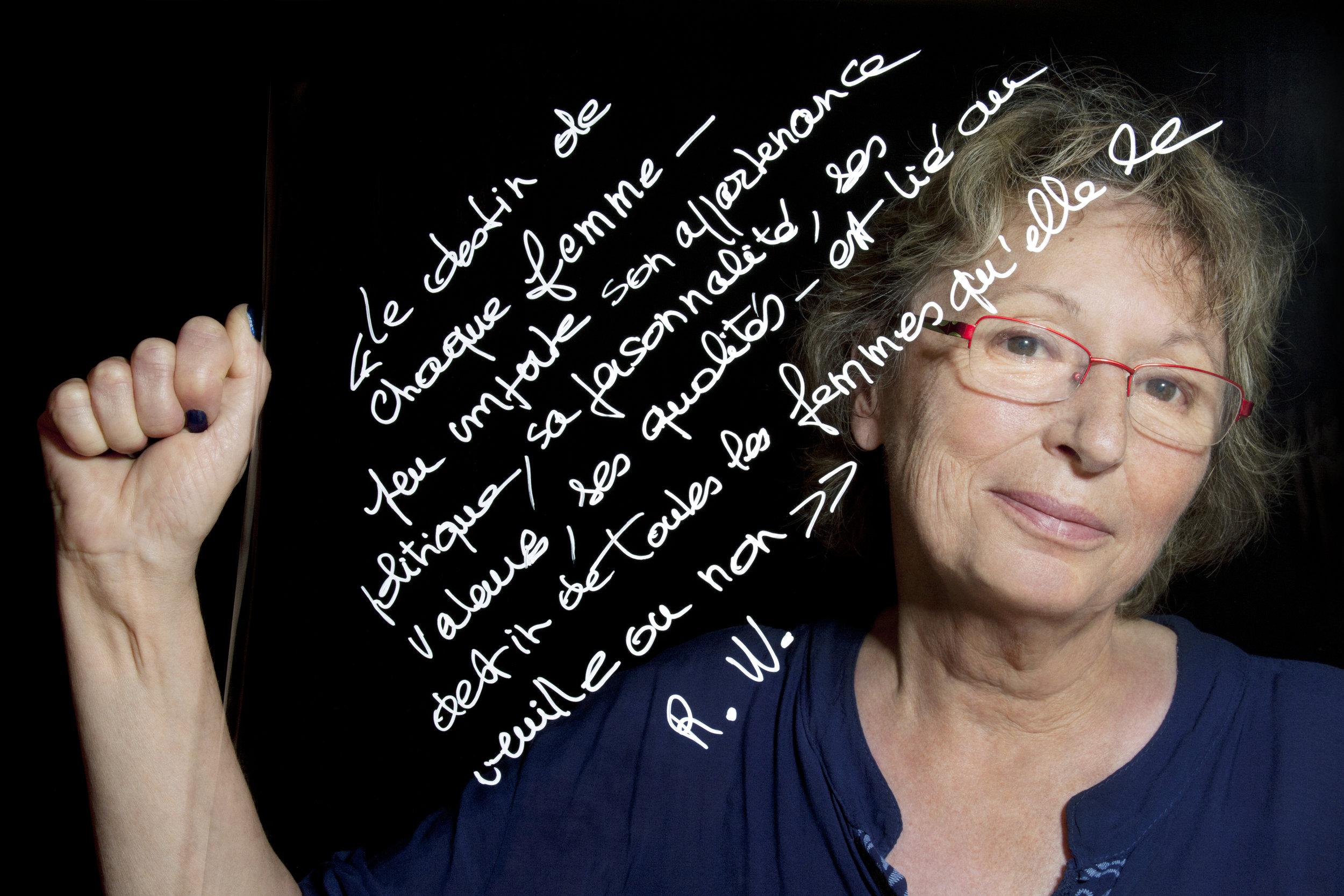 """Anne-Marie Viossat ,militante, activiste féministe et musicienne.   """"Le destin de chaque femme - peu importe son appartenance politique, sa personnalité, ses valeurs, ses qualités - est lié au destin de toutes les femmes qu'elle le veuille ou non""""  . Extrait d'un texte de conférence  """"Le féminisme contemporain dans la culture porno: ni le playboy de papa, ni le féminisme de maman"""" de Rebecca Whisnant, auteure et professeur à l'Université de Dayton.© PORTRAIT-PAROLE, 2016, Samantha Barroero (textes) & Susanne Junker (photos)."""