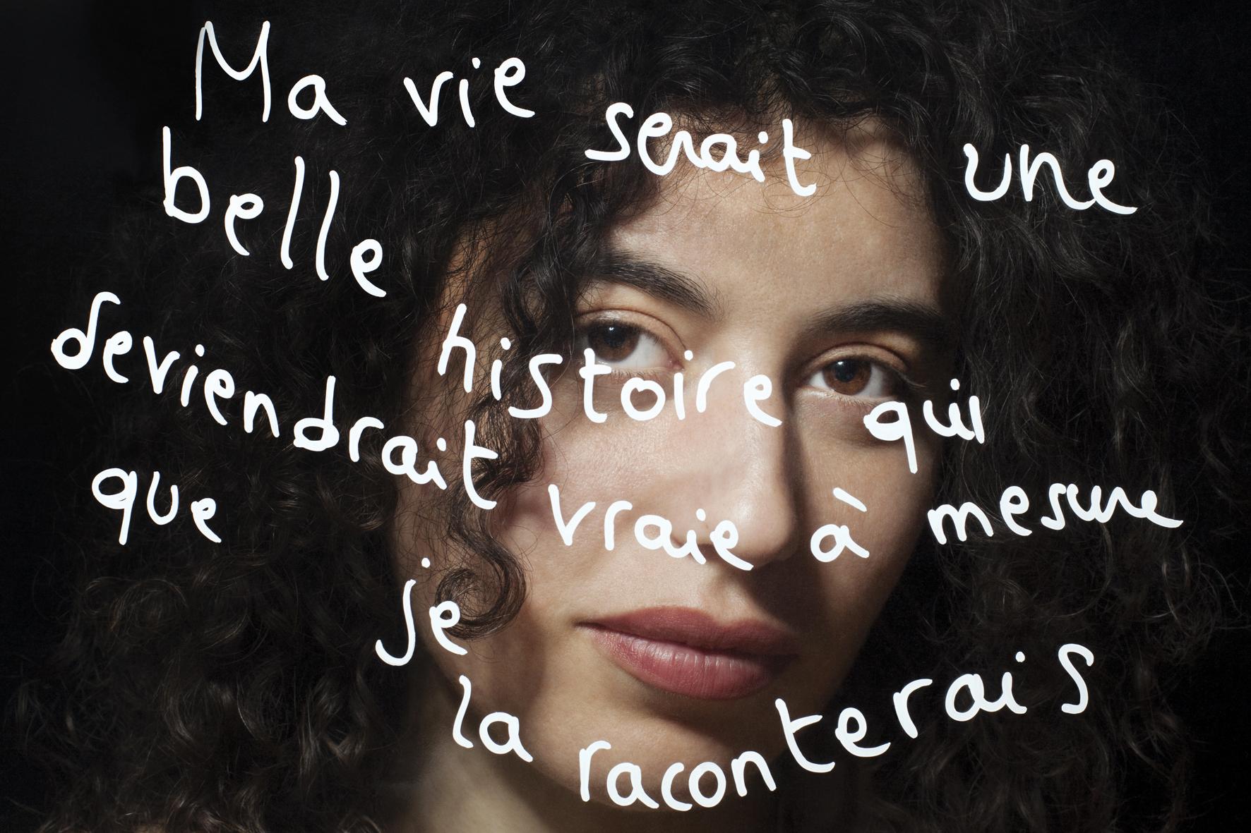 """Fatima-Ezzahra Benomar, activiste militante féministe, """"Ma vie serait une belle histoire qui deviendrait vraie à mesure que je la raconterais"""", d'après une citation de Simone de Beauvoir, Mémoires d'une jeune fille rangée, Gallimard, 1958. © PORTRAIT-PAROLE 2016."""