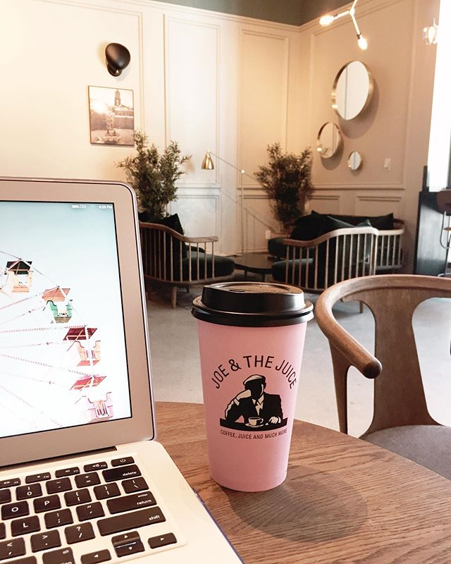 Happy Friday! @joeandthejuice is my new favorite place to get my double dose of java (#coffee and #JavaScript that is) ❤️☕️ . . . #uxdesigners #workspace #frontenddeveloper