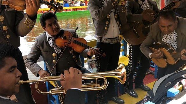 ¡Una fiesta en #Xochimilco! ____________________________ ⠀ ⠀ ⠀ ⠀ ⠀ ⠀ #fiesta #boats #trachinera #cdmx #mexicocity #xochimilco #mariachi #conjunto