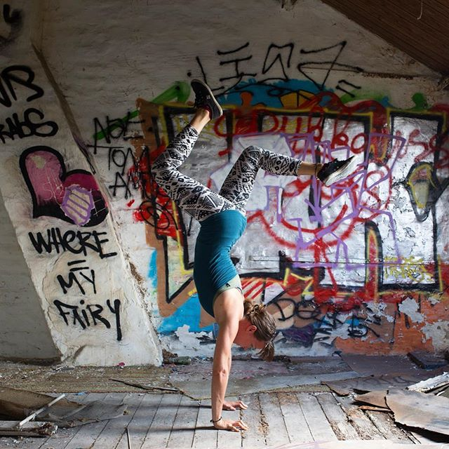 Slowly getting there. . Finally finding some range of motion in my legs upside down. All I need to do is let go of my head or maybe my brain? 🙊. What i've come to learn is that handstands are a state of mind! A good indicator to where you are in life I reckon. Urban exploring, monkeying around and spending time with an inspirational human are my favorite things to do @rad__ventures. Also eating cake. . . but we'll get to that another time 🙏🏻 #handstand #urbanexploration #circuslife #stralayoga #movement #authenticmotion #thethingaboutlife #calistenics