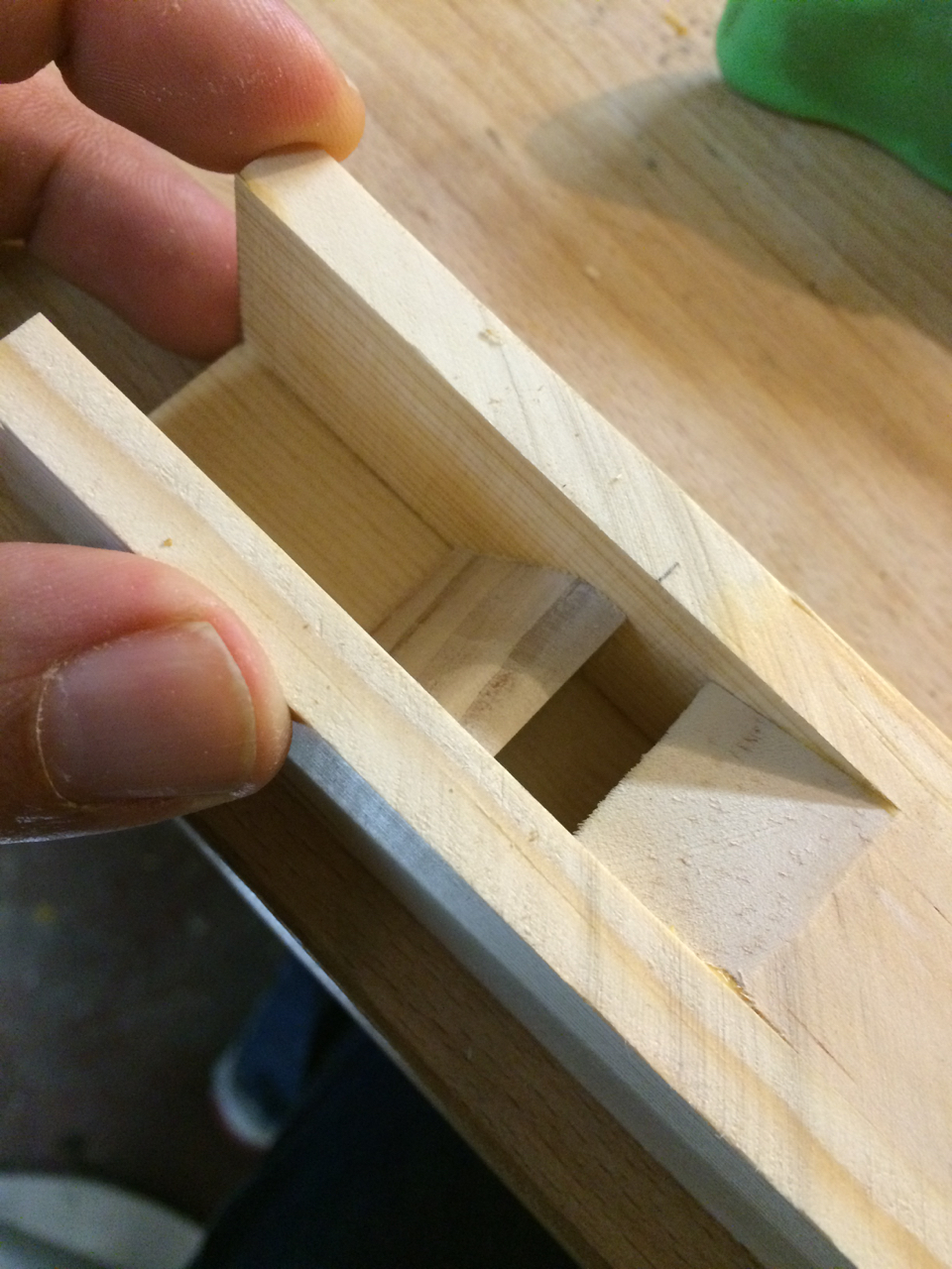 The little diverter that directs the air to the beveled edge