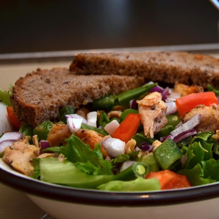 KYLLINGSALAT    Salat, kylling, sukkererter, paprika, rødløk, agurk, parmesandressing (parmesanpulver, solsikkeolje, dijon sennep, hvitløk, sukker, salt, pepper, sellerisalt). Serveres med Lenas brød.     kr 110,-      Inneholder:egg, melk, sennep, selleri