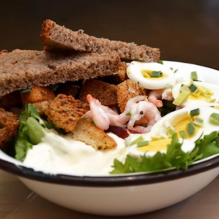 REKESALAT    Salat, håndpillede reker, purre, salat, druer, brødkrutonger, egg, aioli (majones, rømme, hvitløk, salt, pepper, sitron). Serveres med Lenas brød.     kr 110,-      Inneholder: egg, melk, hvete, rug , bygg