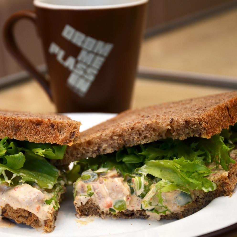 SAMBALKYLLING SANDWICH    Lenas brød, sambalkylling (kylling, purre, paprika, sukkererter, hvitløk, majones, rømme, salt, pepper, sambal oelek), salat.     95,- (ta med 87,-) 1/2 sandwich 65,- (ta med 59,-)