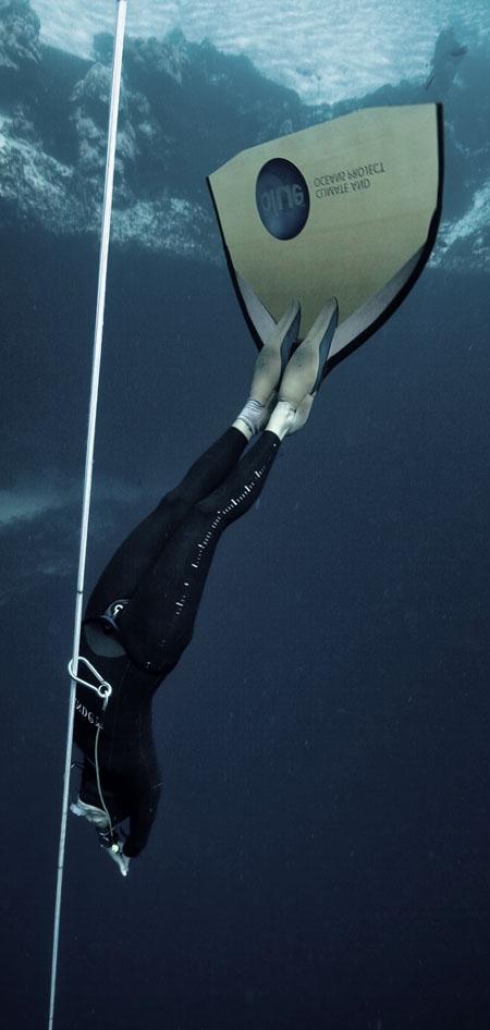 dyd-freediving-monofin-descent.jpg