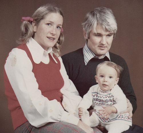 dyd-sara-childhood-with-parents.jpg