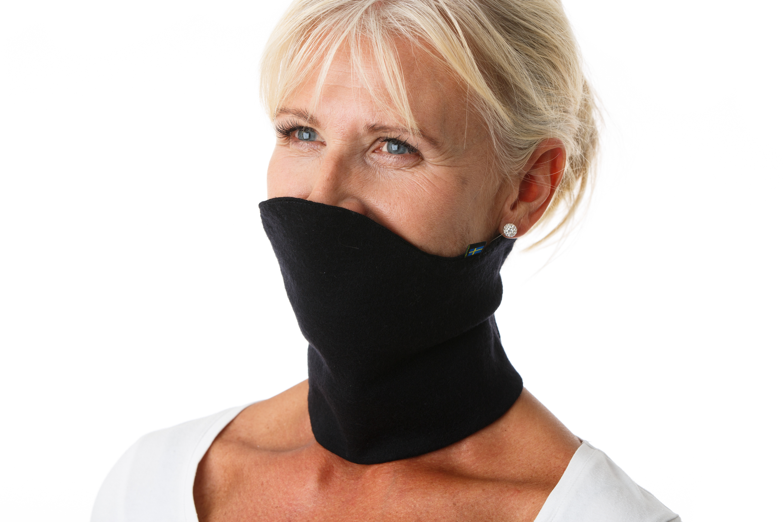 GIRAF EXTREME    Tänk dig att du har en polotröja utan tröja i fickan. En skön krage i merinoull som du med ett enkelt handgrepp tar av och på med hjälp av en justerbar kardborreknäppning. Giraf Extreme - helt enkelt!  Kragens överdel kan fällas upp som ett värmande skydd för nacke, ansikte och haka. Vänd på den och kragen skyddar nacke och bakhuvud. Perfekt på skidturen eller fysträning utomhus. Klicka för att läsa mer.