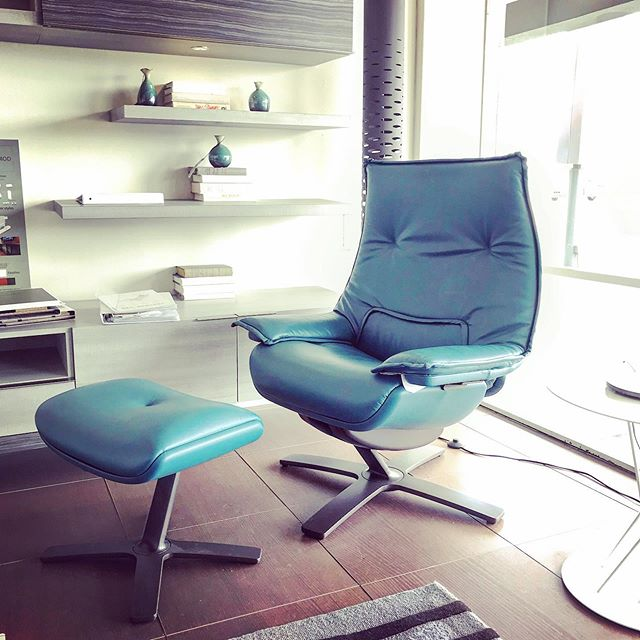 Get revived when you take a swivel on this #natuzziitalia #recliningchair and ottoman in metallic #blueleather #beammeup