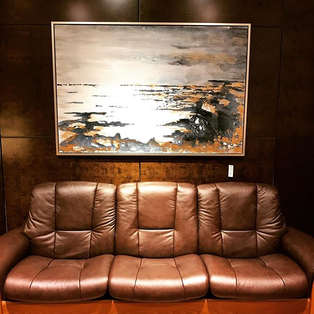 Loving this new #contemporarypainting we just got in @gormansdesign floating perfectly above a #recliningsofa by #stressless