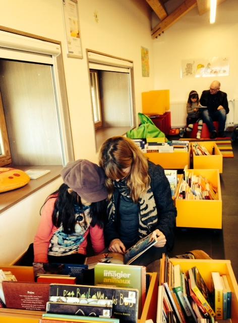 Maria in der Bücherecke für die Kleinen.