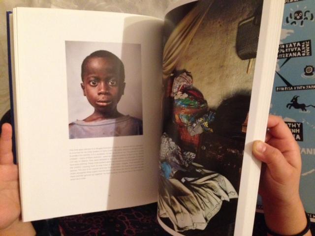 """Maria blättert in dem Buch """"Where Children Sleep"""". Die Bilder kann man auch im Netz ansehen - unter  jamesmollison.com  Foto: Privat"""