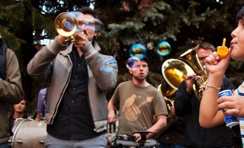 Die Dresdner  Banda Comunale  tritt für mehr Menschlichkeit und gegen Rechts auf. Sie spielen in Freital und Dresden für die Neuankömmlinge, machen mit ihnen zusammen Musik.   Foto: Dada Vadim