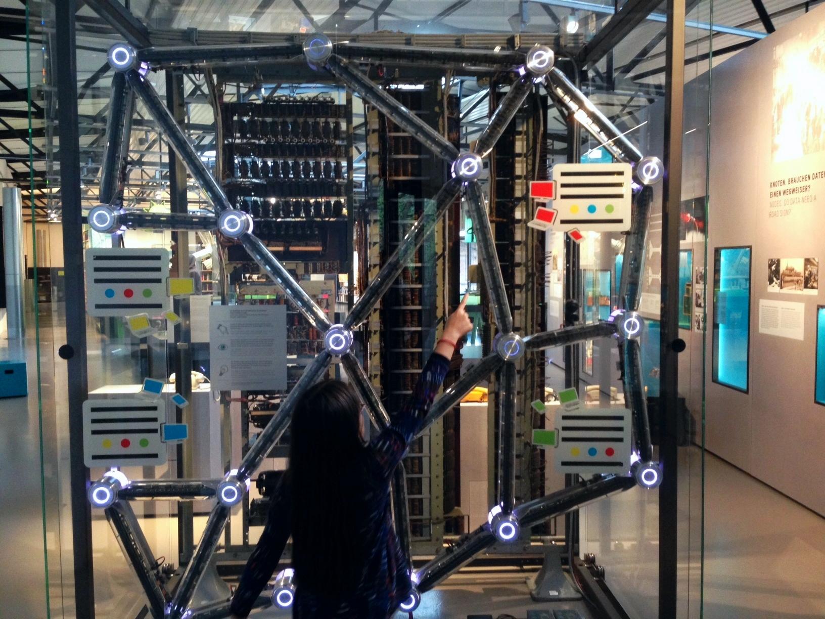 Internet zum Anfassen: Im Museum schicken sich vier unterschiedlich farbige Rechner Punkt-Nachrichten. Foto: Privat