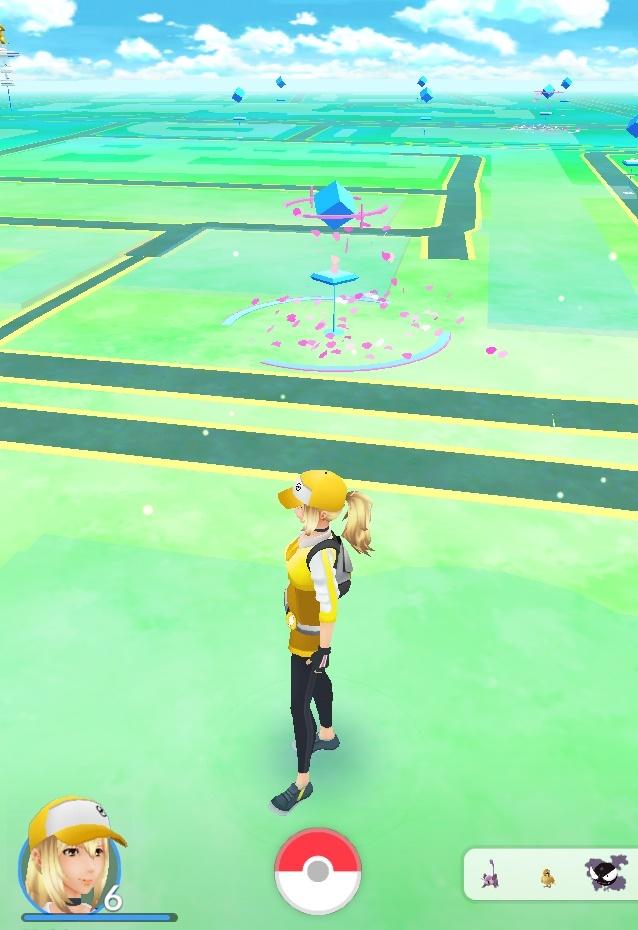 Auf der Karte sieht man die Pokémons in der Umgebung (rechts unten) und die Pokéstops. Der rosa Regen bedeutet, dass dort ein Lockstoff aktiv ist.