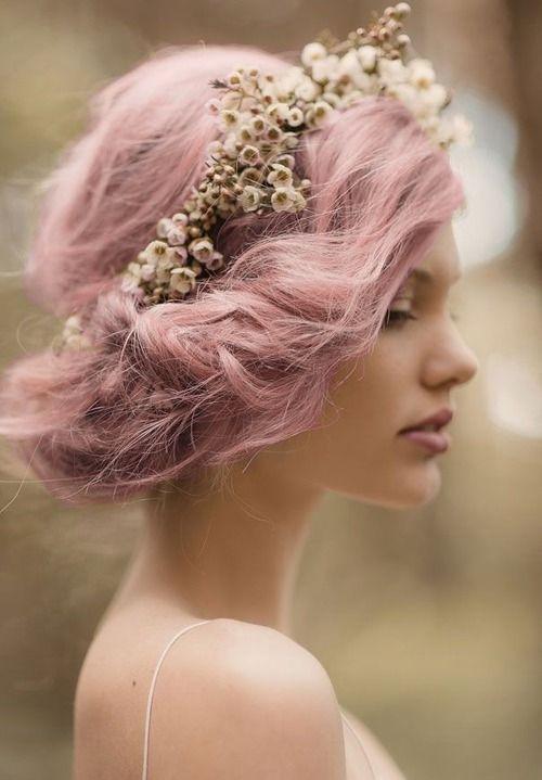 Μόνο για τις τολμηρές νύφες, μια εντυπωσιακή αλλαγή χρώματος μαλλιων στον γάμο.