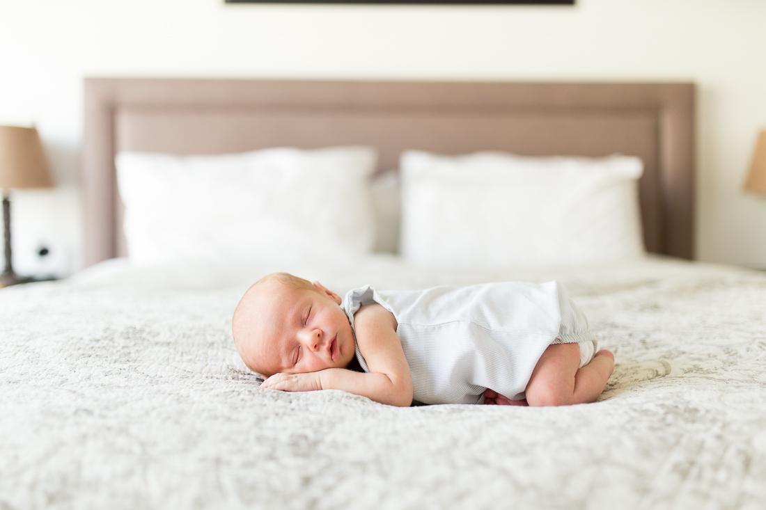 paris-newborn-photographer-peach-new-mom-outfit-inspiration-9