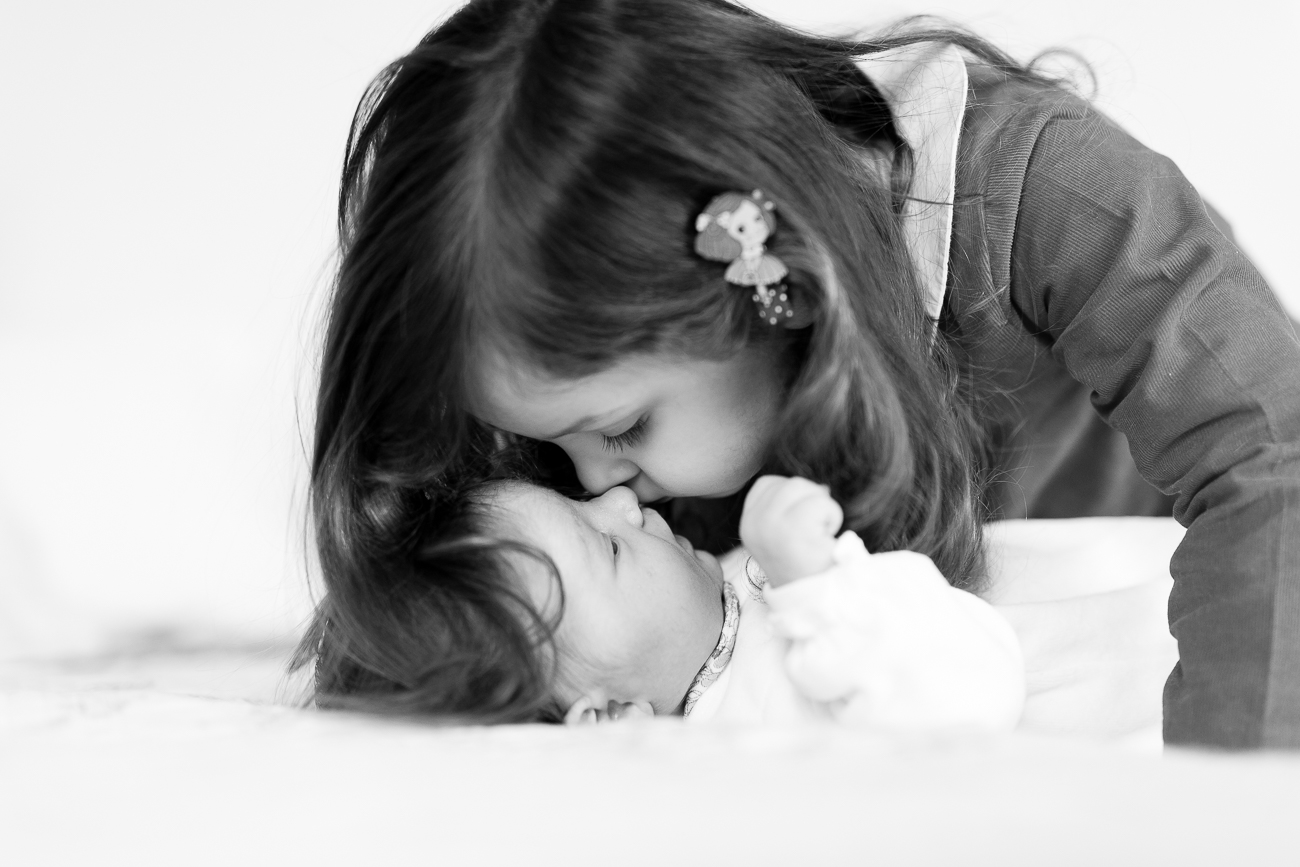 at-home-lifestyl-relaxed-large-family-newborn-photos-paris_009.jpg