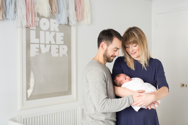 stylish-newborn-photo-session-inspiration-at-home-paris-photographer_016.jpg