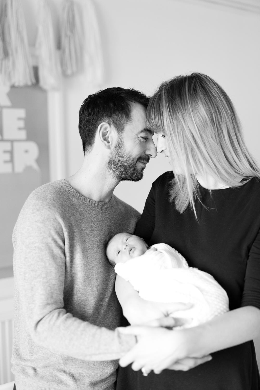 stylish-newborn-photo-session-inspiration-at-home-paris-photographer_019.jpg