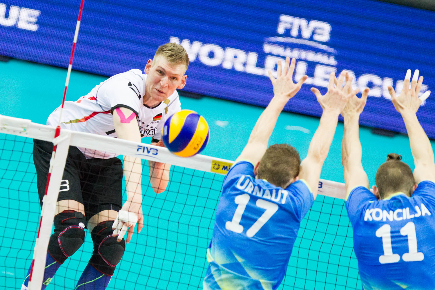 Angriff / attack Simon Hirsch (13 Deutschland/Germany); FIVB Volleyball World League Group 3 Finals, fraport Arena, Frankfurt (Main) Germany, 20160702: 1st place match: Germany vs Slovenia (Deutschland gegen Slowenien)