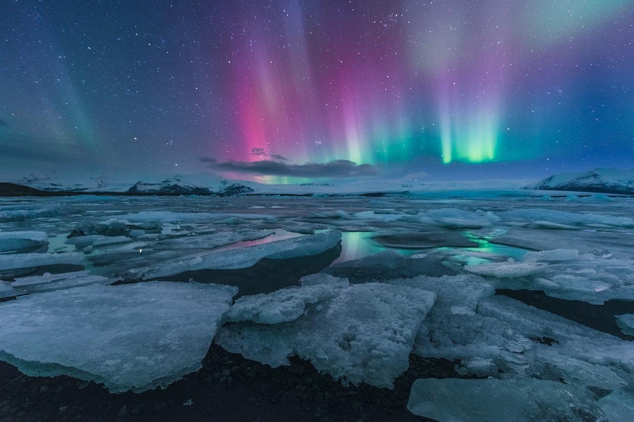 huge-chunks-of-ice-glistening-under-the-birlliant-northern-lights-6.jpg