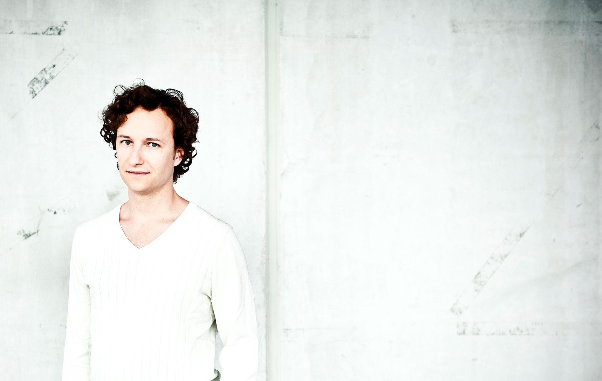 Martin-Helmchen-white-shirt2-be©Giorgia-Bertazzi.jpg