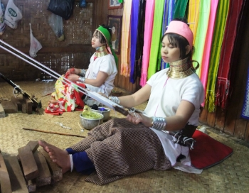 Kayan Weavers Burma. Photo credit: Thomas Schoch