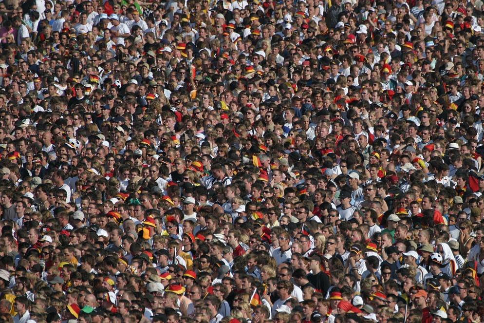 Ganossi  https://pixabay.com/photos/crowd-football-cheer-2140586/