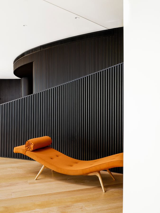 The Grant Featherston 'Z300 Contour' chaise.