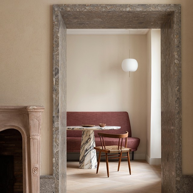 Loving this shot which includes the Kushi pendant by Alberto Saggia & Valerio Sommella from Kundalini. The light, released in 2015, is looking particularly lovely in combination with the rooms rugged stone materials and the early George Nakashima chair. Sorry I don't have a photographers credit. @kundalini_lighting #kushilight #georgenakashima