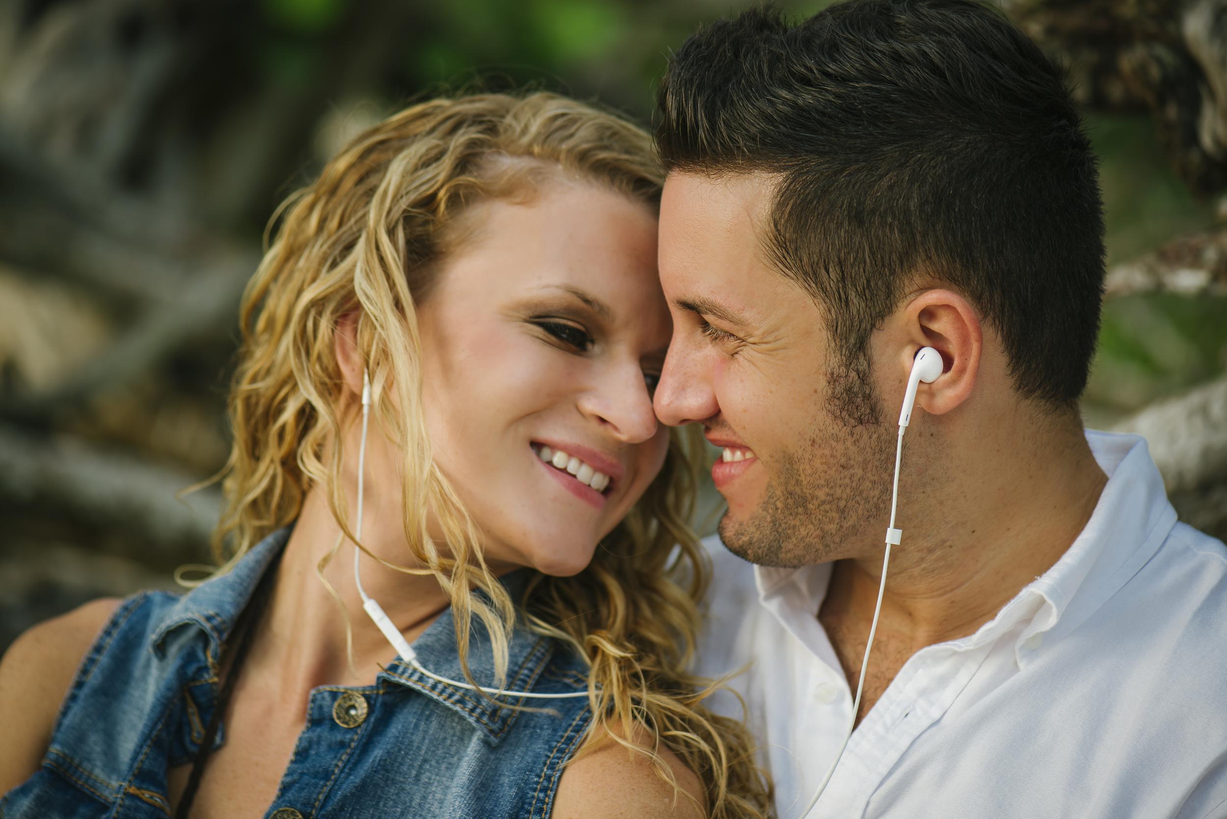 ipod earbud couple photo