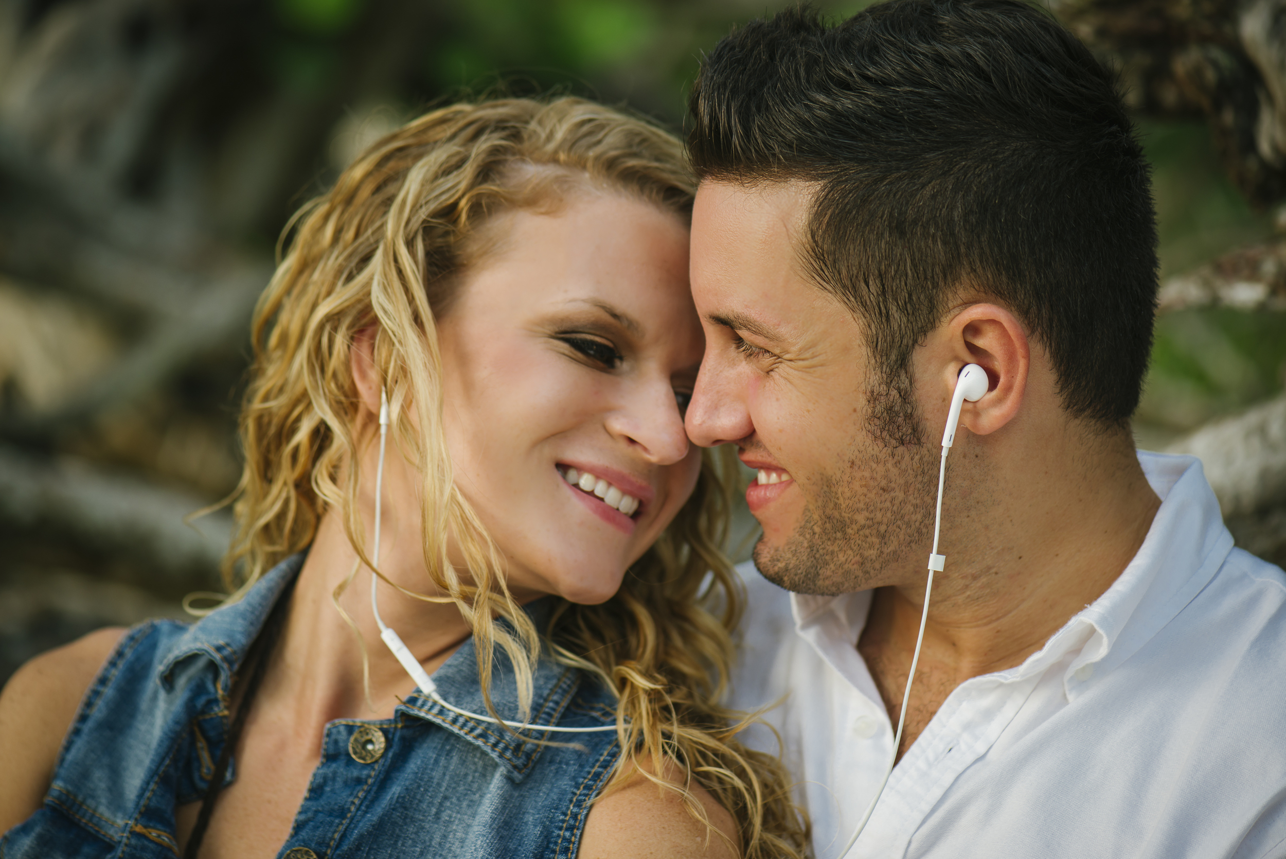 ipod earbud couple photo