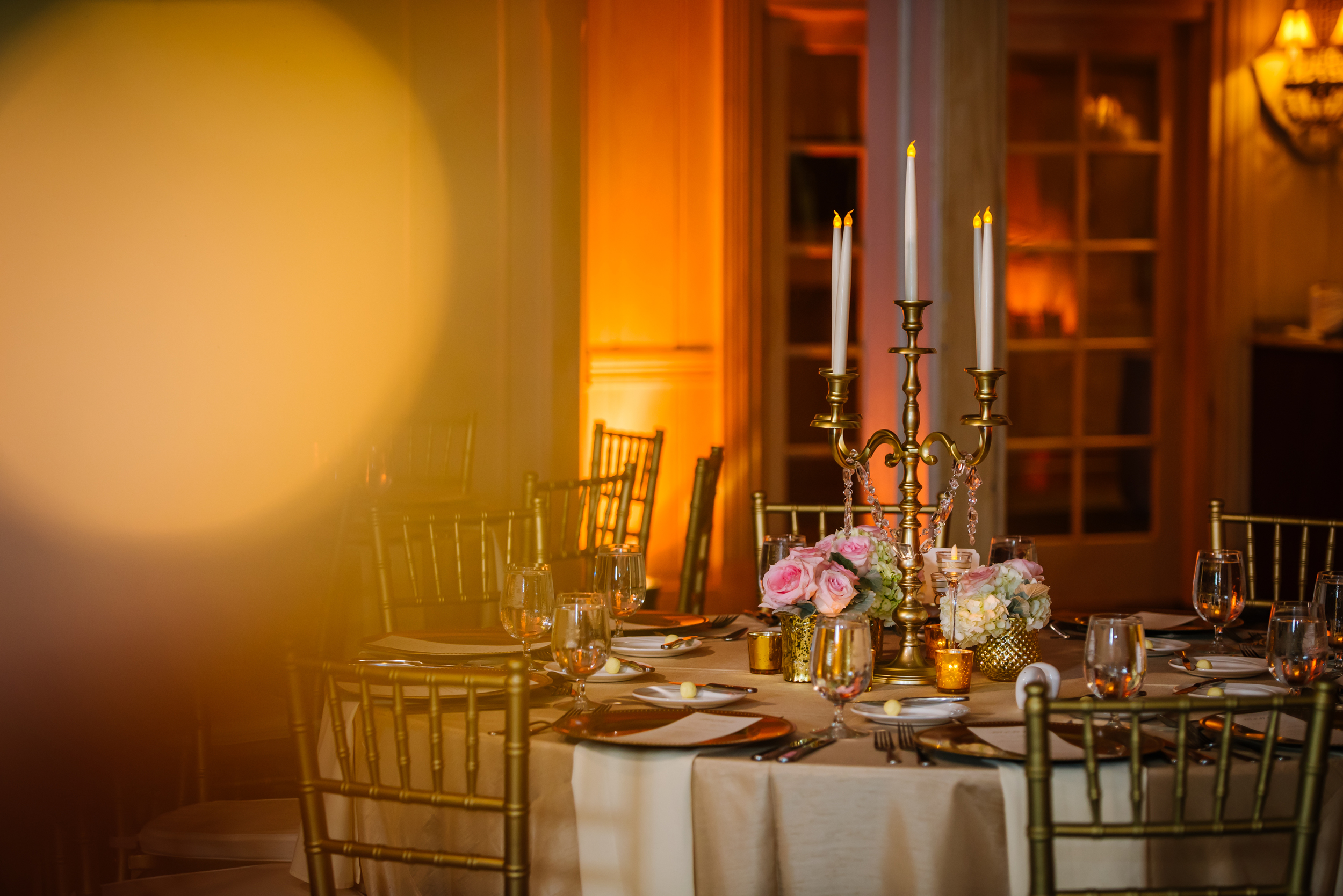 tampa-wedding-photographer-carlouel-yacht-club-formal-gold-reception-table