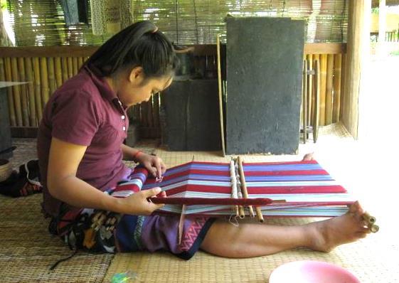 Katu_backstrap_weaving.jpg