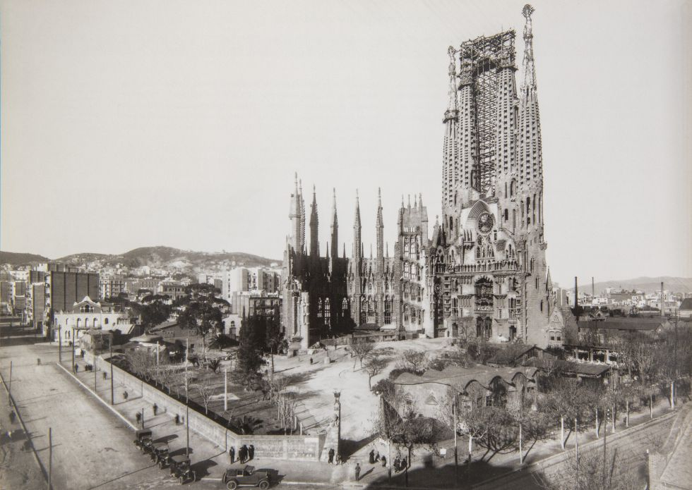 The Sagrada Familia in 1928. Spot the tourist.