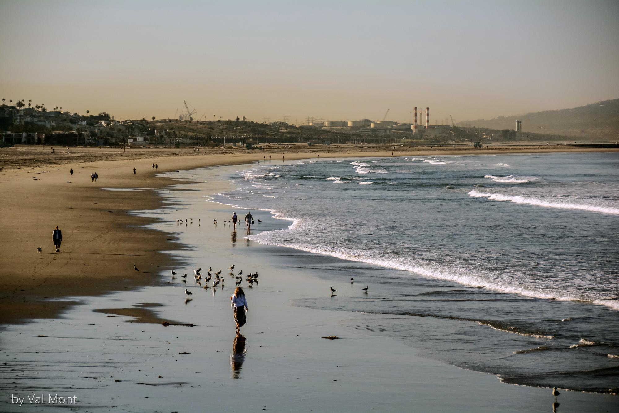Venice Beach: Morgendlicher Blick vom Pier nach Süden. Die Sonne steht noch tief und wirft lange Schatten über den Strand (besonders schön zu sehen bei dem Mann links und seinem kleinen Hund).